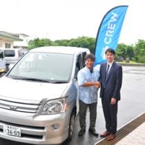 12日から与論町内でアプリを活用した配車サービスの本格運用を始めるAzitの須藤取締役(右)と、地元ドライバーの本園さん=11日、同町