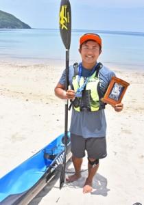 モロカイチャレンジのサーフスキーで30代の3位に入賞した白畑瞬さん=6日、奄美市名瀬