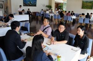 地元観光事業所職員らが各観光施設の魅力をPRした施設PR会=25日、奄美市