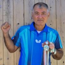 前回のかごしま国体でのメダルを手に、2020年の国体出場へ意欲を語った榮さん=30日、龍郷町