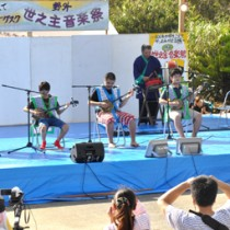 地元の子どもたちが多く出演し、会場を沸かせた世之主野外音楽祭=29日、和泊町