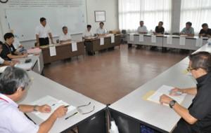 沖永良部島の公共交通のあり方について意見を交わした活性化協議会=24日、知名町