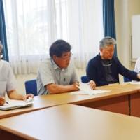 奄美大島のリュウキュウアユの減少について語る奄美リュウキュウアユ保全研究会=15日、鹿児島市