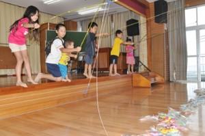 ホー開きで、お菓子釣りゲームを楽しむ子どもたち=23日、知名町瀬利覚