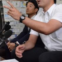 記者会見で市教委へ不信感を示した遺族父親(写真右)ら=13日、奄美市名瀬