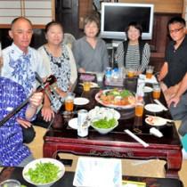 民謡コンクールの慰労会で笑顔を見せる福田民謡研究所の生徒と、指導者の福田さん(左)=5日、知名町