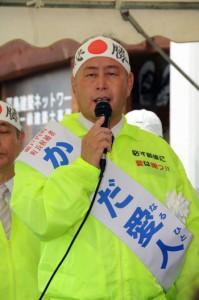 出陣式で2期目の決意を語る鎌田愛人氏=4日午前9時半ごろ、瀬戸内町古仁屋の選挙事務所前