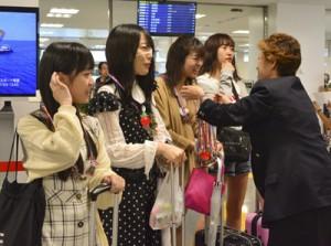 空港で歓迎を受けるらじお女子の(左から)深月さん、大塚さん、小松さん、杉浦さん=22日、奄美空港