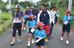 トライアスリートらへ手々集落の魅力を紹介した手々小学校の「われんきゃガイド」=24日、徳之島町手々
