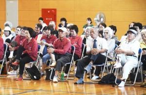 体を動かし、健康づくりに励んだ伊仙町さわやかサロン交流会=28日、同町伊仙