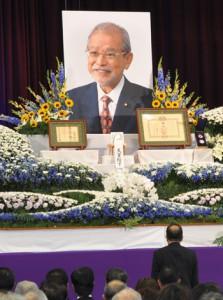 約700人が参列した保岡さんを送る会=9日、奄美市の名瀬小学校体育館