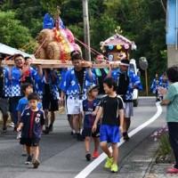 みこしや花車が練り歩いて豊作を祈願した豊年祭=16日、徳之島町轟木