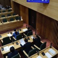 議員名と賛否が個別表示された議場モニター=18日、奄美市議会議場