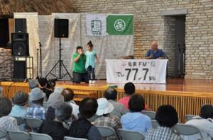 発音練習や漫談を通して島口を学ぶ「ディ!まーじん島ショー」=23日、奄美市笠利町