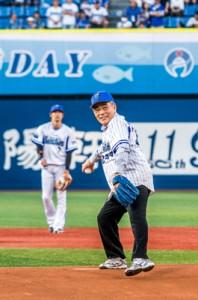 始球式に登板した朝山奄美市長=5月24日、横浜スタジアム