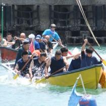 恒例の舟こぎ競争で盛り上がった小湊港祭り=16日、奄美市名瀬