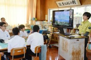 龍南中学校であった環境省の出前授業=6日、龍郷町