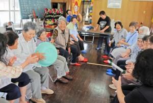 真清水会のサロンでゲームを楽しむ参加者=5月27日、瀬戸内町清水