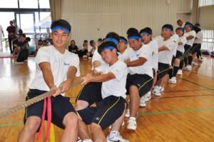 全力で綱引きをする生徒=11日、与論高校体育館