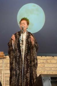 第2部のステージで泥大島を身にまとい歌う朝崎郁恵さん=29日、奄美市笠利町