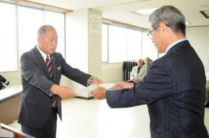 当選証書を受け取る鎌田愛人氏(左)=10日、瀬戸内町役場