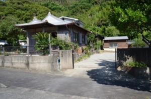 解体されたサントネ跡地と、現存するウントネ=5月30日、奄美市名瀬大熊町