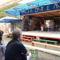 手作りのライブ会場「青テン」で演奏を繰り広げる出演者=2日、龍郷町屋入
