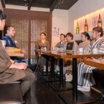 大島紬の現状と若手の取り組みを報告する南リーダー(左から2人目)=東京・渋谷の飲食店