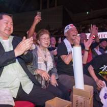 吉田選手の勝利を喜ぶ(左から)父の渡辺正利さんと祖母の渡辺昭美さん=19日、千葉県・幕張メッセ