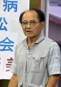 強制隔離された父親について語った原告の赤塚興一さん(上)と市民ら20人が参加したハンセン病家族訴訟支援集会=25日、奄美市名瀬
