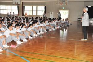 立志塾で石田さんの講演を聞く沖永良部高校の生徒ら=13日、同校