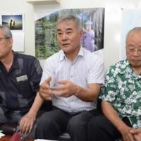 奄美の島豚を復活させたいと意気込みを語る奄美島豚復活研究会21のメンバー=19日、奄美市名瀬
