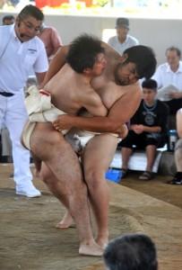 好取組に沸いた港まつり相撲大会=27日、和泊町