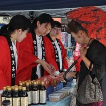 「奄美高校チャレンジショップ」で商品をPRする生徒=12日、奄美市名瀬