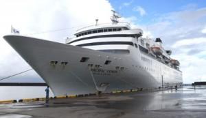 徳之島に寄港した旅客船「ぱしふぃっくびいなす」=28日、天城町平土野