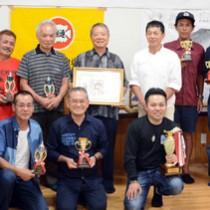 釣り仲間たちと受賞を祝う大保さん(後列中央)=30日、奄美市名瀬のAiAiひろば