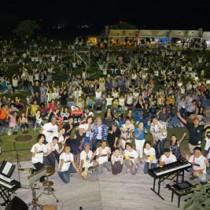 「喜界島OTO祭り」のステージ発表後、記念撮影をする出演者ら=13日、喜界町