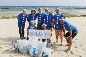 青いサンタの格好でボランティア清掃に汗を流した参加者(提供写真)=15日、知名町