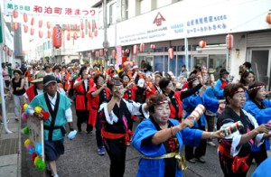 19団体約700人が商店街を練り歩いたパレード=27日、和泊町