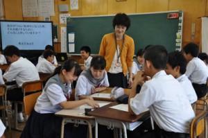 クラスメートたちとストレス回避方法を紹介し合う生徒=3日、奄美市名瀬