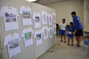 48点の「あまん画」Tシャツを展示するあいきじゅんさんの個展=29日、瀬戸内町古仁屋