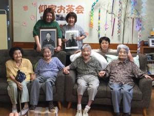 久しぶりに姉妹4人がそろい、笑顔を見せる(前列右から)一野セイ子さん、仰ツヤ子さん、渡辺ハマ子さん、泉マサ子さん(提供写真)