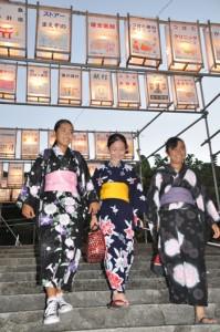 家族連れやカップルなどでにぎわった六月灯=27日、奄美市名瀬の高千穂神社