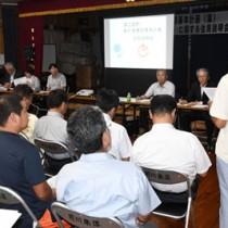 新庁舎建設の基本計画案が示された住民説明会=24日、徳之島町花徳