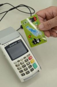 キャッシュレス決済へ普及が期待される「あまみカード」=20日、奄美市名瀬