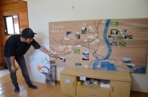 島暮らし体験ハウス「なかほ」で、戸口の魅力マップを発表する早稲田大学大学院生=14日、龍郷町戸口