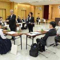高校生を含め委員16人を委嘱した奄美市民歌制定委=26日、同市名瀬