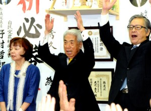 6回目の当選を決め、力強く万歳する尾辻秀久氏(中央)=21日午後8時35分、鹿児島市大黒町の事務所