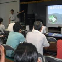 請島の自然について学んだ研修会=16日、瀬戸内町請島(提供写真)