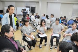 沖永良部島の方言を使用した寸劇を考える研修会の参加者=5日、和泊町役場会議室